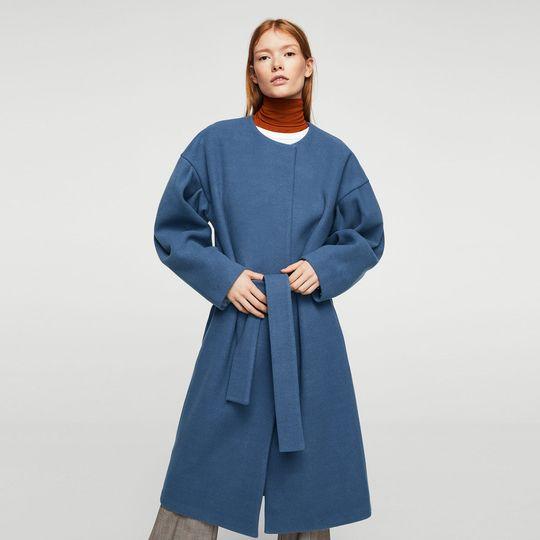 Abrigo azul marca Mango barato, outlet